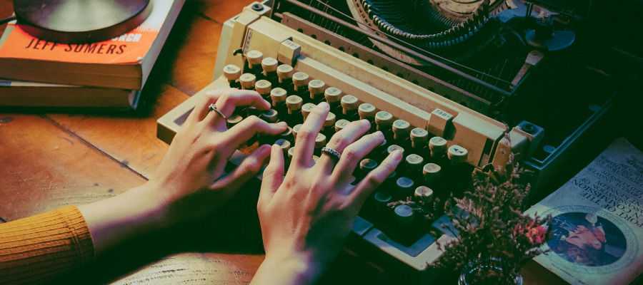 Let's-keep-in-touch-vintage-typewriter